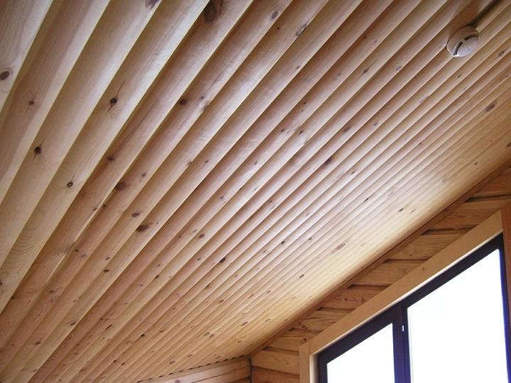 Потолок из блокхауса